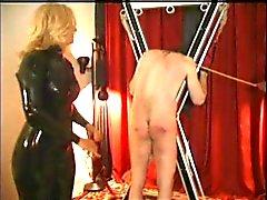 twee dames spelen met een slaaf
