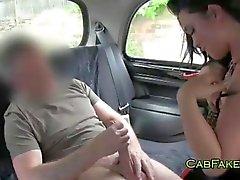 Cara come e fode buceta raspada em táxi