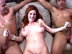 Härlig redhead för maka har två hung pojkar uppfyller hon sexuella behov