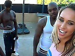Blondine Cheerleader Einnahme schwarzem riesige Schwänze bei Außen 4some