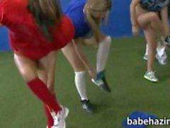 College vrouwenclub spelen naakt voetbal en kut likken