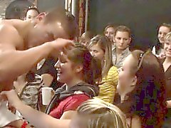 Serveurs nue se félicite de baiser