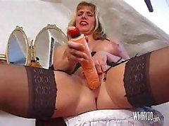 Biondi scopa Inglese per matura con il del giocattolo e cazzo fino Ottieni di sperma