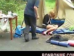 Amateur tiener fucked wanneer slapen in de tent