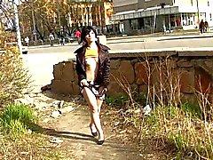 Naughty públicamente linda del trigueno destellar coño público