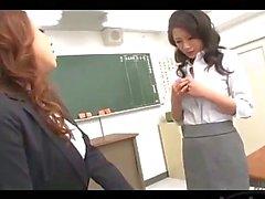 Professeur Mise en le mamelon sucés de chat Doigts par Autre enseignant Sur le bureau The salle de classe