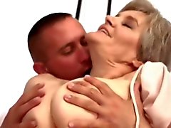 Старый По мамы Loves Молодой парень ... F70