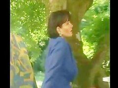 Matura si scopa l'amico del figlio durante un picnic