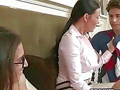 Brunette adolescente abril tem sexo com madrasta