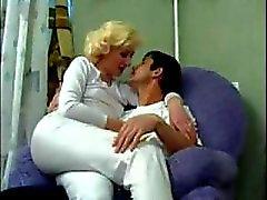 Aikuinen Venäjän äidille Fucks Pojat ystävälle ( amatööri äidille MILF mummi olderwoman nuoremmat ihminen cumshot suihin kotitekoinen )