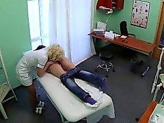 El paciente Brunette caliente obtiene su coño lamido un enfermero