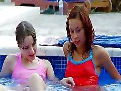 Havuz tarafından öpüşme ıslak lezzies