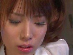 Japanisches Schul Hinata Tachibana bekommt ihr Gesicht mit Feuchtigkeit