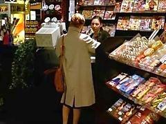 En kvinna besöker en Sex Shop Att titta på porr