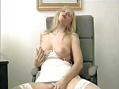 Британской шлюха Люси G играет сама с собой на стул