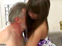 Adolescente desagradável faz sexo com homem velho