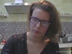 mutfakta sohbet gözlüklerle yalnız kız