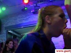 Echtes Amateur Babe facialized bei Euro Sexparty