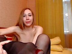 modèle en bas lèche ses pieds en nylon et baise son cul