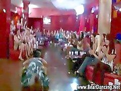 Echte cfnm amateur party girls geven stripper blowjobs