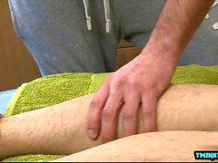 Tatuaggio ragazzo rimjob con massaggio