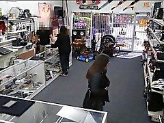 Deux filles sexy essayer de voler et obtenez foré par pawnkeeper