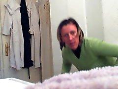 Gizli Kamera Bayan hizmetçi değiştirirken giyimleri 04