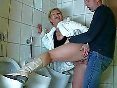 Milf auf der toilette gebumst