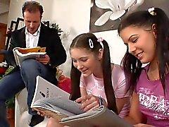 opettaja ja 2 nainen teini opiskelijat