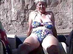 Hairy britischer Ältere Befriedigung im Boot