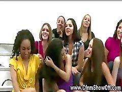 Menina chupa cara CFNM nu em público