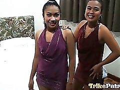 De dos cachondos muchachas de la filipina comparten el pene de de un tipo blanco suerte