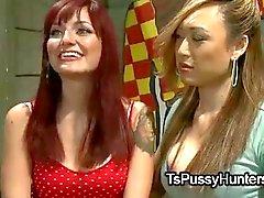 Азиатского транссексуал трахается связанное рыжеволосый пупсик
