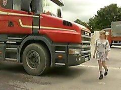 Teenager Girl wird durchgefickt und gefistet bei einer Truckstop zu