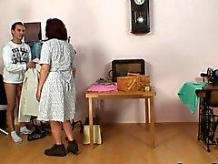 Couture vieilles femmes avale coq de clientèle