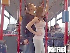 Mofos artık - Bonnie Shai otobüse dövülerek alır