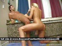 Mature blonde salope Busty de la piste de salle de bain obtient taille une pipe