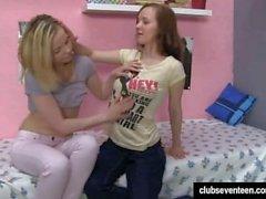 gli adolescenti lesbico leccare fica nella camera da letto