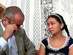 Söt tjej köper en wild att borra av horn gamla lärare