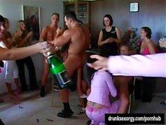 Party Hündinnen ficken in der Öffentlichkeit