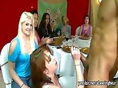 Crazy kåta damer suger stripper kuk och njuta av en ansiktsbehandling på festen