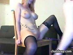 Busty blondin leker med sina bröst