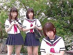 Küçük Japonca kız ögrencilerin erkek ögrencilere üç yönlü seviyorum