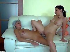 Nonnina likes gran lunga il dildo a divano