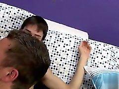 L'Europe garçons étudiants mignons gay longueur Jackson Miller prend un