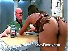 Hot ebony tiener slet zuigt oudere mans lul in The Flinstones sex parodie scene