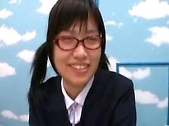 Gözlüklü güzel Oriental kız öğrenci berbat ve vuruşlar a