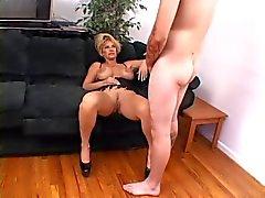 Sıcak Busty Olgun Kat Kleevage Sigara Seks