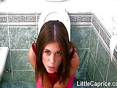 Berühmten kleinen Laune erwischt den Ball Bissen auf der Toilette