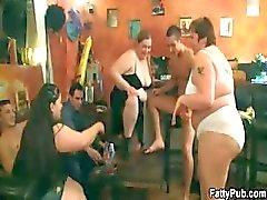 Chicas Gordas desnudan y chupar a la polla